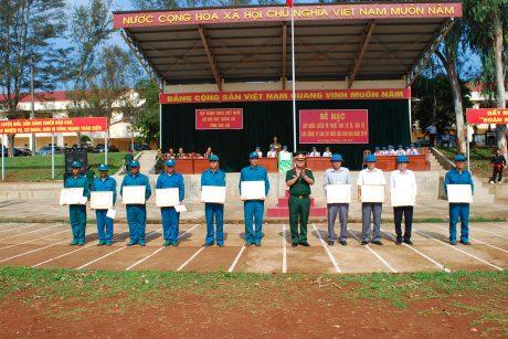 Đại diện Bộ CHQS tỉnh GL trao giấy khen cho các tập thể và cá nhân