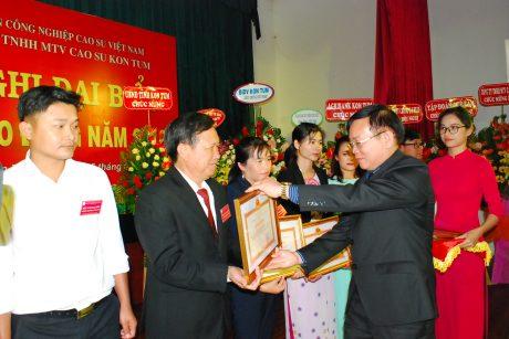 Chủ tịch UBND tỉnh Kon Tum Nguyễn Văn Hòa tặng bằng khen cho các cá nhân
