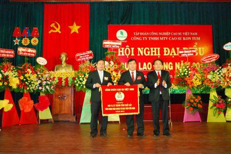 Chủ tịch CĐ CSVN Phan Mạnh Hùng tặng cờ thi đua xuất sắc cho CĐ công ty