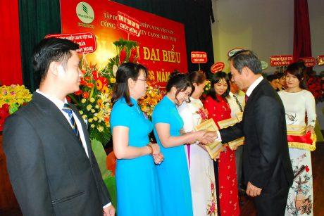 Chủ tịch HĐQT VRG Trần Ngọc Thuận tặng bằng khen của VRG cho các cá nhân