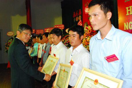 Phó TGĐ Trần Công Kha tặng bằng khen của VRG cho các cá nhân