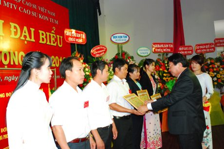 Chủ tịch CĐ CSVN Phan Mạnh Hùng tặng bằng khen của CĐ CSVN cho các cá nhân hoàn thành xuất sắc nhiệm vụ