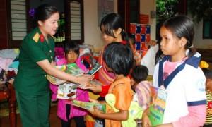 Cán bộ phòng chính trị trao những cuốn sách yêu thương cho các em nhỏ