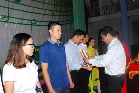 TGĐ Cao su mang yang Trương Minh Tiến - Thành viên ban tổ chức trao giải cho các cá nhân
