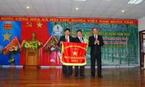 Chủ tịch HĐQT VRG Trần Ngọc Thuận tặng cờ thi đua xuất sắc cho công ty