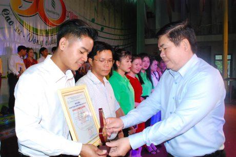 Phó CT CĐ CSVN Võ Việt Tài trao giấy khen và bei63u trưng cho các cá nhân