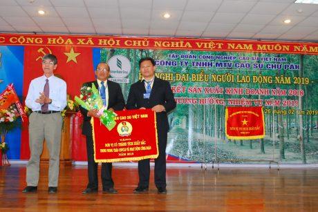 Trao cờ thi đua xuất sắc của CĐ CSVN cho CĐ công ty