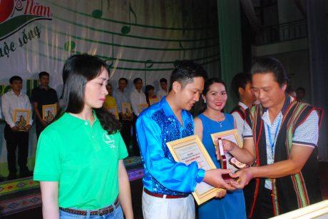 Trưởng Ban Tuyên giáo thi đua Phan Viết Phùng trao giấy khen và biều trưng cho các cá nhân