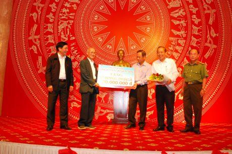 Phó Thủ tướng thường trực Trương Hòa Bình cùng lãnh đạo tỉnh Đăk Lăk, VRG trao số tiền 100 triệu đồng cho Quỹ khuyến học tỉnh