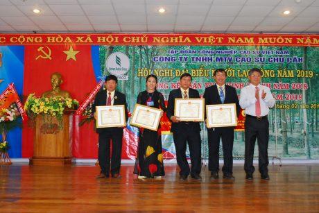 Phó TGĐ VRG Trần Công Kha tặng bằng khen c3a VRG cho các cá nhân