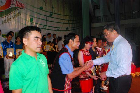 Trưởng ban tổ chức Nguyễn Tiến Đức trao thưởng cho các cá nhân