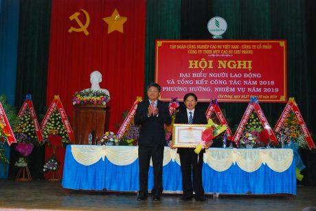 Phó TGĐ VRG Trần Công Kha trao bằng khen của Thủ tướng cho ông Trần Trung Căn - Phó TGĐ công ty