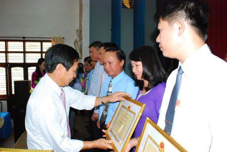 Bí thư Huyện ủy Chư Prông Bùi Viết Hội trao bằng khen của Bộ NN & PTNT cho các cá nhân