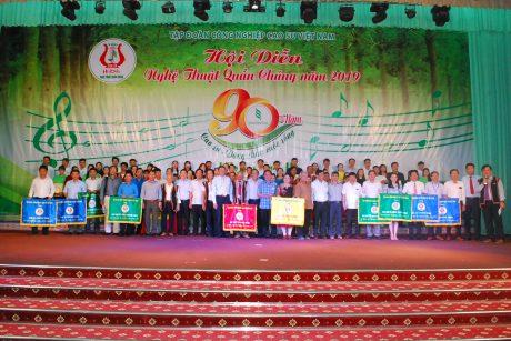 Ban tổ chức và Hội đồng nghệ thuật chụp hình lưu niệm với các đoàn