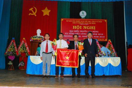 Lãnh đạo VRG trao cờ thi đua xuất sắc cho lãnh đạo công ty