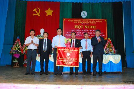 Phó TGĐ VRG Trần Công Kha tặng cờ thi đua xuất sắc của VRG cho các nông trường