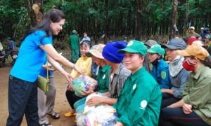 Đ/c Trần Lệ Nhung - Chủ tịch LĐLĐ tỉnh Gia Lai trao quà cho công nhân khó khăn của NT Ia Pếch