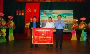 Phó TGĐ Trần Công Kha trao bức trướng cho lãnh đạo công ty