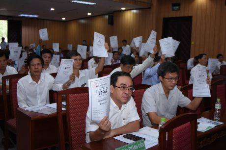 Các cổ đông biểu quyết thông qua các báo cáo quan trọng tại đại hội