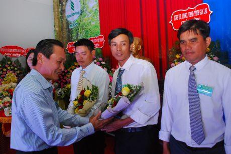 Ông Trần Thanh Phụng - Phó TGĐ VRG tặng hoa chúc mừng cho các cá nhân và tập thể đạt thành tích cao