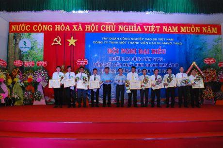 Lãnh đạo VRG trao bằng khen của Bộ NN&PTNT cho tập thể và các cá nhân