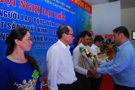 Ông Kpă Thuyên - Phó Chủ tịch UBND tỉnh Gia Lai tặng bằng khen cho các cá nhân