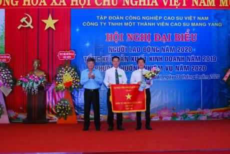 Ông Trần Công Kha - Phó TGĐ VRG tặng cờ thi đua xuất sắc cho Nông trường Bờ Ngoong