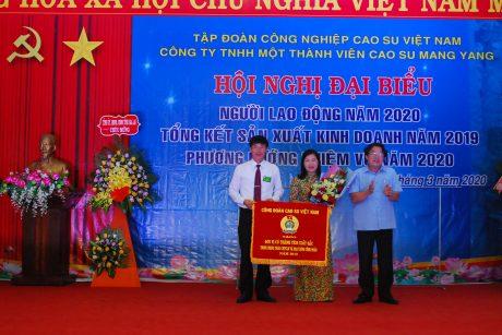 Ông Phan Mạnh Hùng - Chủ tịch Công đoàn CSVN tặng cờ thi đua xuất sắc cho công đoàn công ty