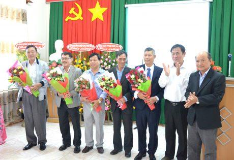 Lãnh đạo công ty tặng hoa cho các vị nguyên lãnh đạo qua các thời kỳ