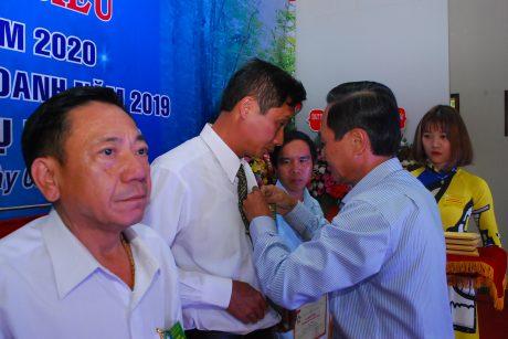 Ông Trần Thanh Phụng - Phó TGĐ VRG trao kỷ niệm chương của VRG cho các cá nhân