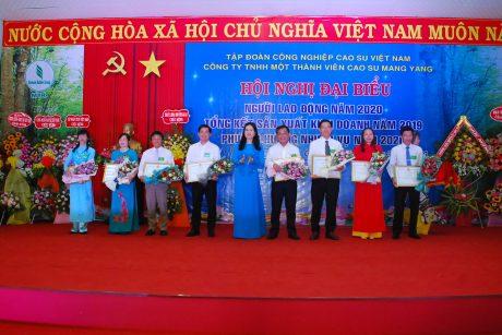 Bà Trần Lệ Nhung - Chủ tịch LĐLĐ tỉnh Gia Lai trao bằng khen cho các cá nhân
