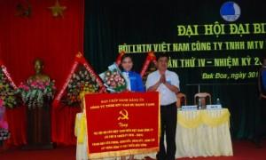 Phó bí thử Đảng ủy công ty Hoàng Trung Hưng trao bức trước cho chủ tịch hội nhiệm kỳ mới
