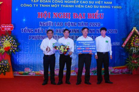 Lãnh đạo công ty và công đoàn công ty trao 300 chiếc cà mèn và 100 bình giữ nhiệt trị giá 60 triệu cho lãnh đạo Công ty Mang Yang K