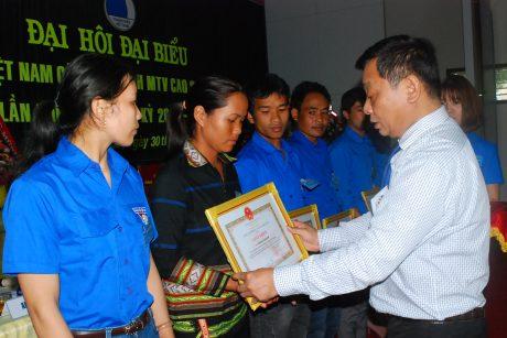 TGĐ công ty Trương Minh Tiến trao giấy khen cho các cá nhân tiêu biểu trong hoạt động nhiệm kỳ qua