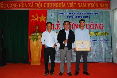 Ông Trương Minh Tiến - TGĐ công ty trao giấy khen và tiền thưởng cho lãnh đạo NT