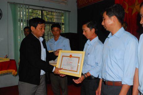 TGĐ công ty TRương Minh Tiến trao thưởng cho các tổ có thành tích xuất sắc