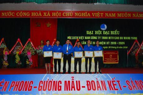 Anh Hồ Xuân Bắc - Phó Chủ tịch Hội LHTN VRG trao bằng khen của Hội LHTN VRG cho các cá nhân
