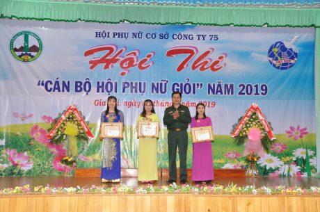Lãnh đạo Công ty trao thưởng cho các đội thi