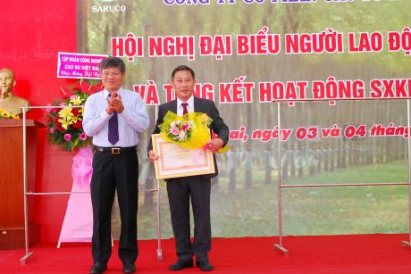 Ông Trần Công Kha - Phó TGĐ VRG trao Bằng khen của Thủ tướng Chính phủ cho ông Đặng Công Thoại - Chủ tịch HĐQT công ty