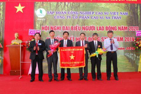 Lãnh đạo VRG và Công đoàn CSVN trao cờ thi đua của Ủy ban quản lý vốn nhà nước cho lãnh đạo công ty
