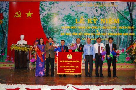 lãnh đạo CĐ CSVN và LĐLĐ tỉnh Đăk Lăk cùng trao bức trướng cho công ty nhân dịp 35 năm