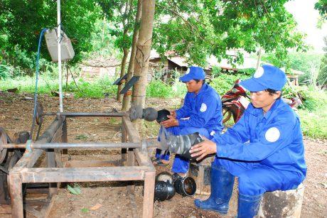 Công nhân vệ sinh chén hứng mủ bằng sáng kiến của anh Trương Ngọc Chiến.