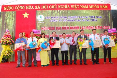 Lãnh đạo VRG và Huyễn Ia H'drai trao bằng khen của Bộ NN & PTNT cho các cá nhân và tập thể