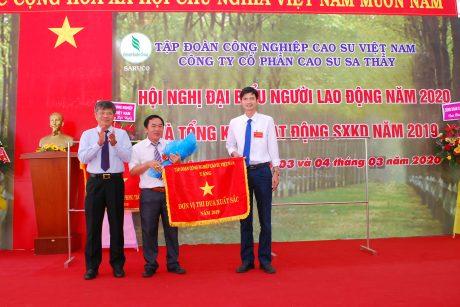 Lãnh đạo VRG tặng cờ thi đua cấp cơ sở cho lãnh đạo Nhà máy chế biến