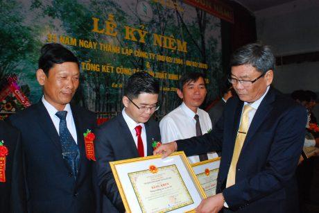 Phó TGĐ VRG Nguyễn Tiến Đức tặng bằng khen của VRG cho các cá nhân