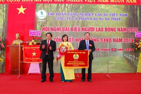Ông Phan Mạnh Hùng tặng cờ thi đua xuất sắc cho Công đoàn công ty