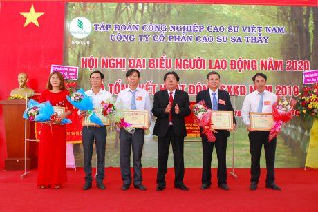 Lãnh đạo Cong đoàn CSVN tặng bằng khen cho các cá nhân