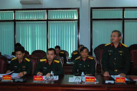 Đại tá Hoàng Văn Sỹ (đứng) đáp từ và ghi nhận sự đóng góp của các cơ quan báo chí