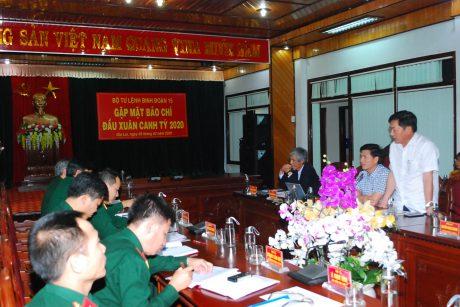 Ông Huỳnh Kiên (đứng) Tổng Biên tập Báo Gia Lai phát biểu góp ý