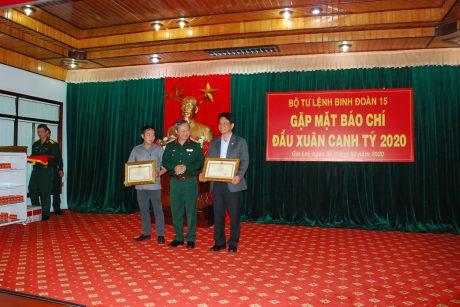 Đại tá Hoàng Văn Sỹ - Tư lệnh Binh đoàn trao bằng khen của Binh đoàn cho 2 tập thể